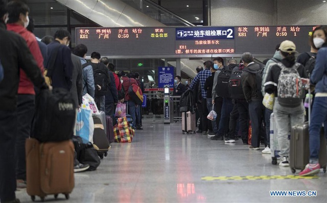 Người dân hối hả di chuyển, đường Vũ Hán ùn tắc sau khi dỡ phong tỏa - 6