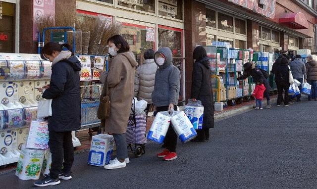 Giấy vệ sinh, khẩu trang bùng nổ cứu tiêu dùng Nhật Bản - 1