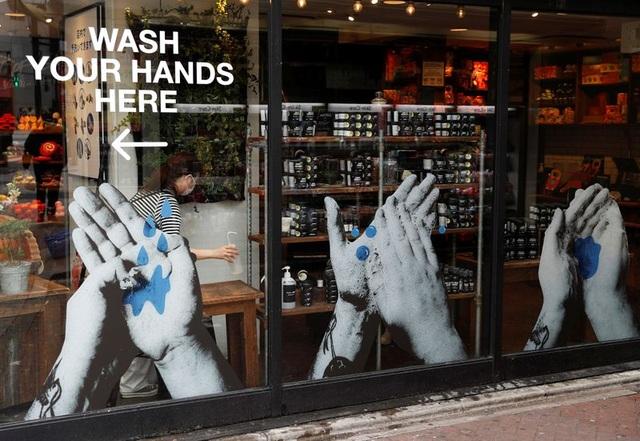 Giấy vệ sinh, khẩu trang bùng nổ cứu tiêu dùng Nhật Bản - 3