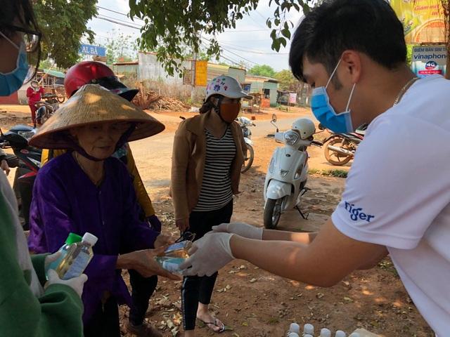 Học sinh đi xin nước rửa tay, khẩu trang về phát cho người dân phòng dịch - 2