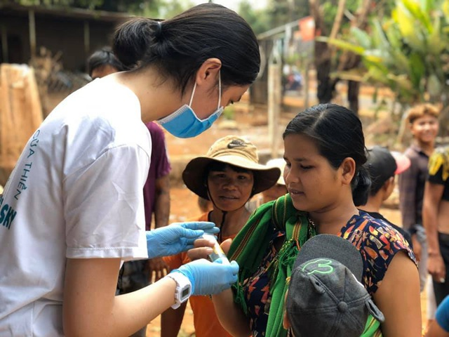 Học sinh đi xin nước rửa tay, khẩu trang về phát cho người dân phòng dịch - 4