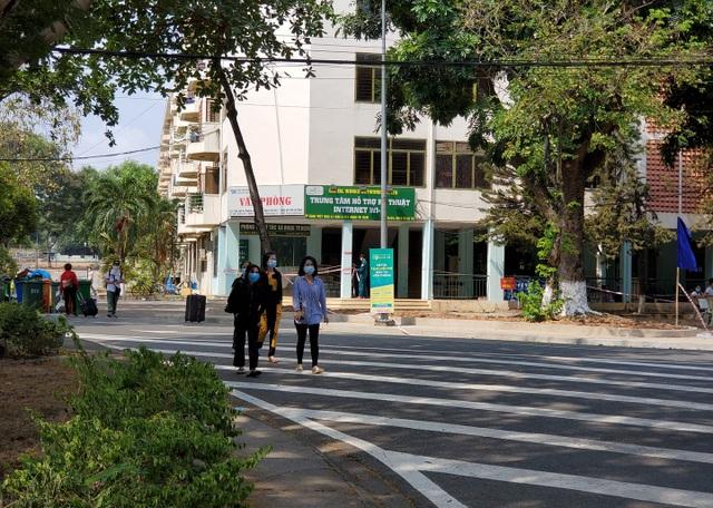 Đại học Quốc gia TPHCM trao tặng 7.000 khẩu trang tại khu cách ly - 2