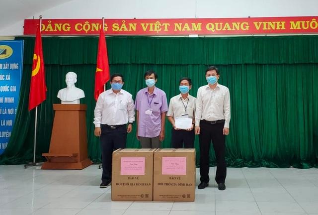 Đại học Quốc gia TPHCM trao tặng 7.000 khẩu trang tại khu cách ly - 1