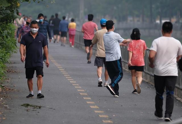Nhộn nhịp tập thể dục trên con đường đi bộ dài nhất Hà Nội - 6