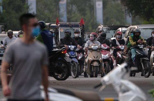 Hà Nội: Dòng người nườm nượp đổ ra đường như chưa hề có lệnh cách ly - 7