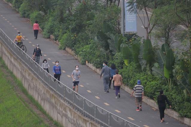 Nhộn nhịp tập thể dục trên con đường đi bộ dài nhất Hà Nội - 13