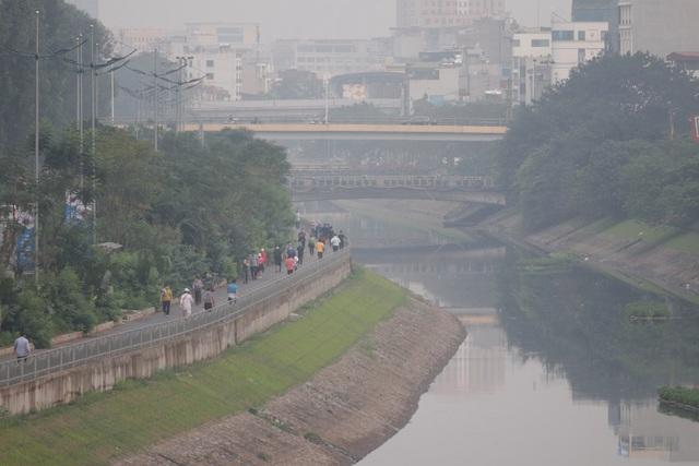 Nhộn nhịp tập thể dục trên con đường đi bộ dài nhất Hà Nội - 1