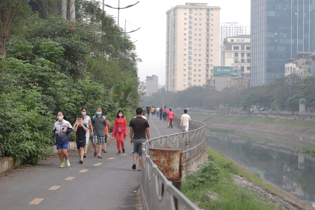 Nhộn nhịp tập thể dục trên con đường đi bộ dài nhất Hà Nội - 2