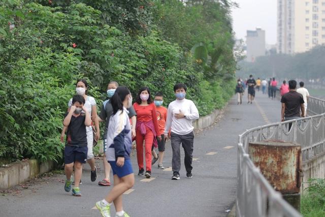 Nhộn nhịp tập thể dục trên con đường đi bộ dài nhất Hà Nội - 3