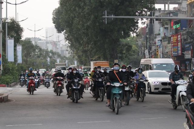 Hà Nội: Dòng người nườm nượp đổ ra đường như chưa hề có lệnh cách ly - 1