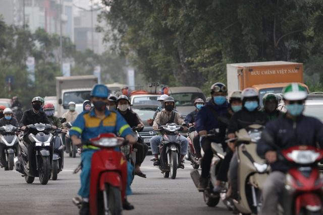 Hà Nội: Dòng người nườm nượp đổ ra đường như chưa hề có lệnh cách ly - 3