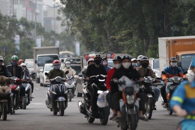 Hà Nội: Dòng người nườm nượp đổ ra đường như chưa hề có lệnh cách ly - 2