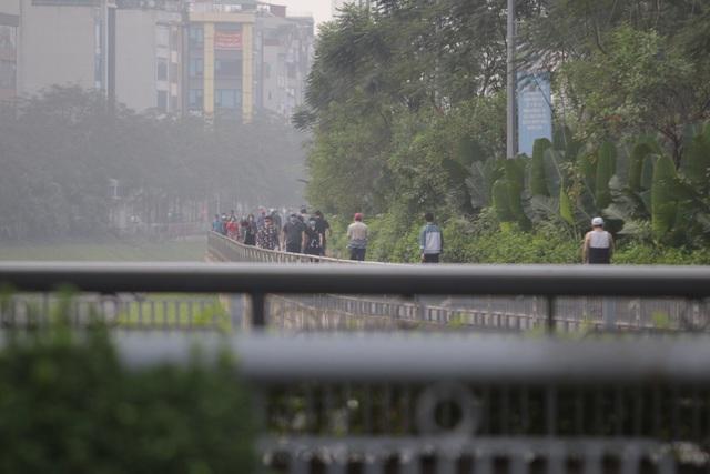 Nhộn nhịp tập thể dục trên con đường đi bộ dài nhất Hà Nội - 14