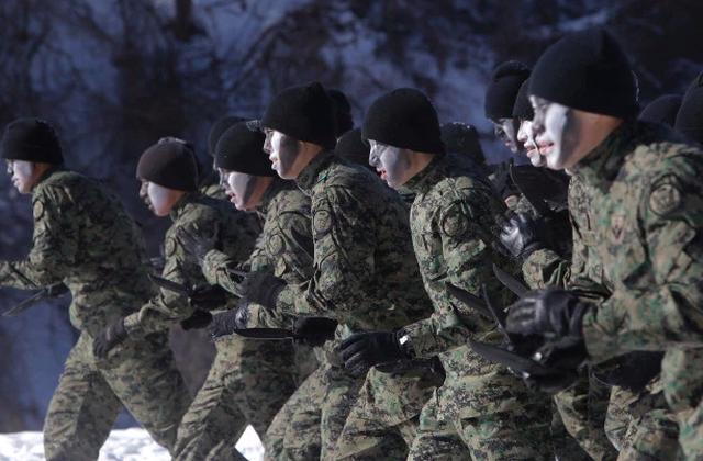 Son Heung-min mặc áo lính trong thời gian huấn luyện quân sự tại Hàn Quốc - 3