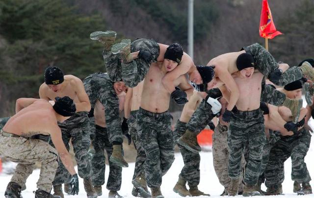 Son Heung-min mặc áo lính trong thời gian huấn luyện quân sự tại Hàn Quốc - 4