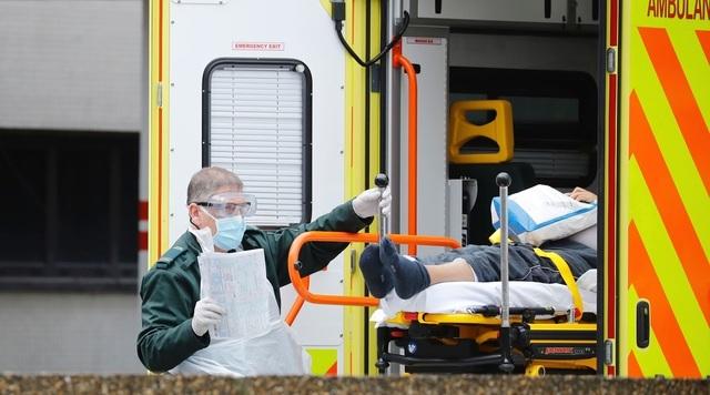 Anh: Số ca tử vong vì Covid-19 vượt 8.000, sức khỏe Thủ tướng tốt lên - 1