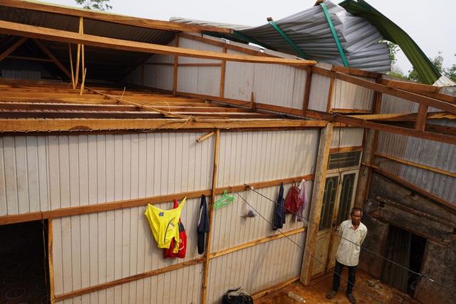 Hàng chục căn nhà tốc mái, đổ tường vì lốc xoáy - 1