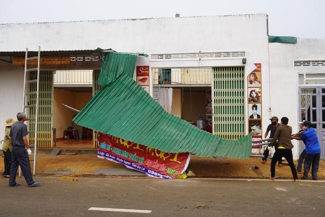Hàng chục căn nhà tốc mái, đổ tường vì lốc xoáy - 2