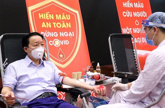 Bộ trưởng Trần Hồng Hà hiến máu giữa mùa dịch Covid-19 - 1