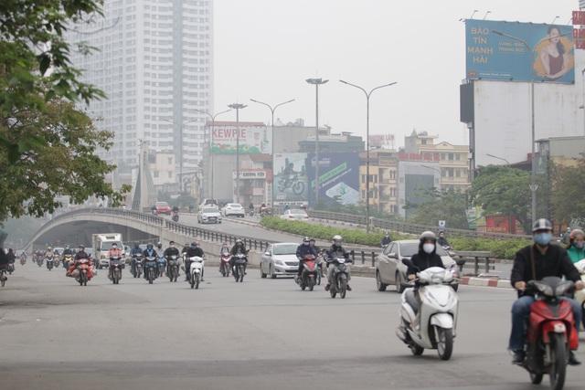 Hà Nội: Dòng người nườm nượp đổ ra đường như chưa hề có lệnh cách ly - 14