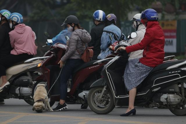 Hà Nội: Dòng người nườm nượp đổ ra đường như chưa hề có lệnh cách ly - 12