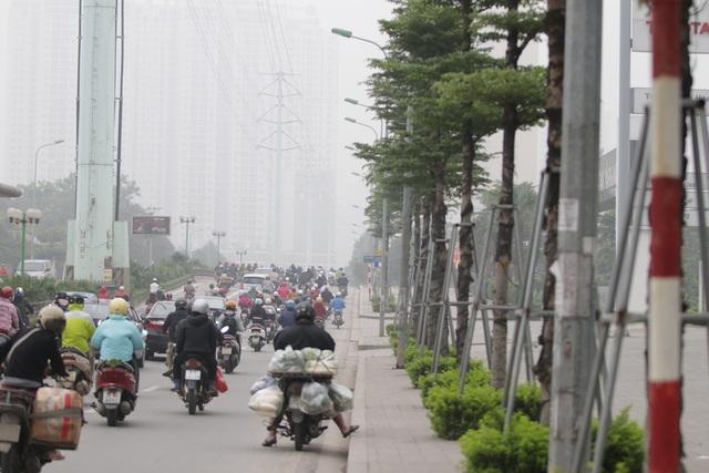 Hà Nội: Dòng người nườm nượp đổ ra đường như chưa hề có lệnh cách ly - 9
