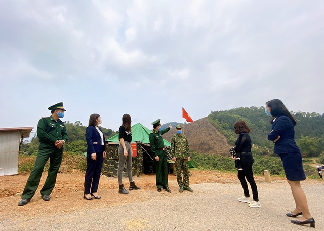 """Lương Thùy Linh xúc động khi thấy chiến sĩ chống dịch""""ăn lán, ngủ rừng"""" - 2"""