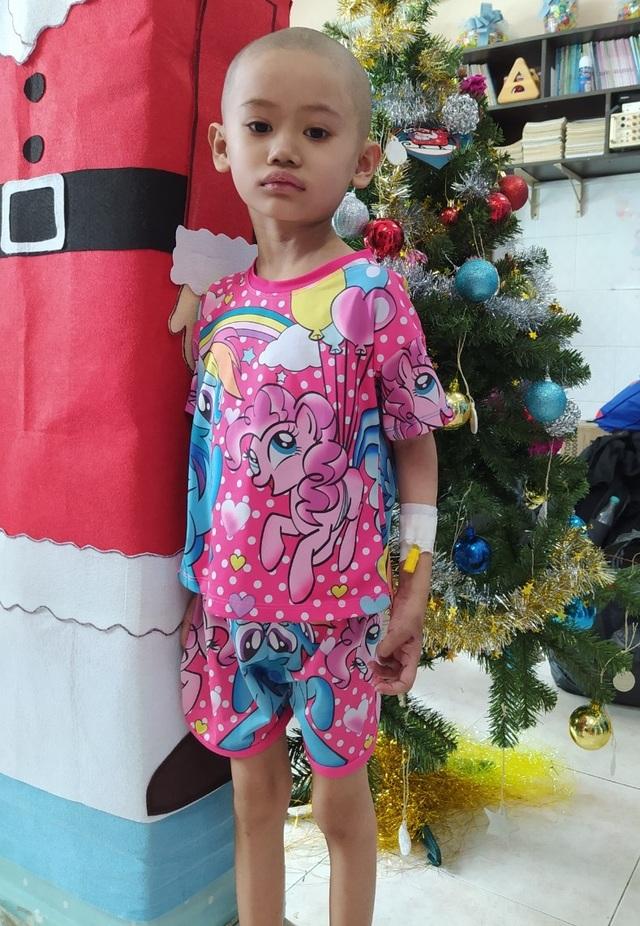 Ám ảnh nỗi buồn trên khuôn mặt của bé gái 6 tuổi bị bệnh ung thư hành hạ - 6
