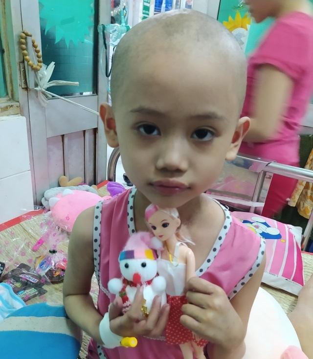 Ám ảnh nỗi buồn trên khuôn mặt của bé gái 6 tuổi bị bệnh ung thư hành hạ - 2
