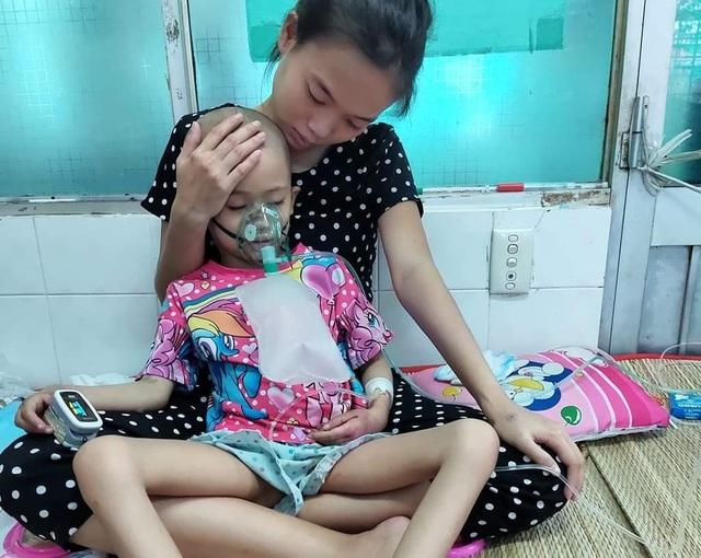 Ám ảnh nỗi buồn trên khuôn mặt của bé gái 6 tuổi bị bệnh ung thư hành hạ - 4
