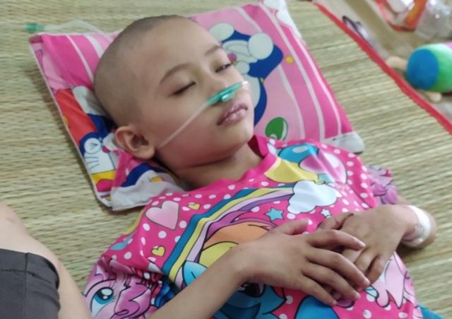 Ám ảnh nỗi buồn trên khuôn mặt của bé gái 6 tuổi bị bệnh ung thư hành hạ - 7