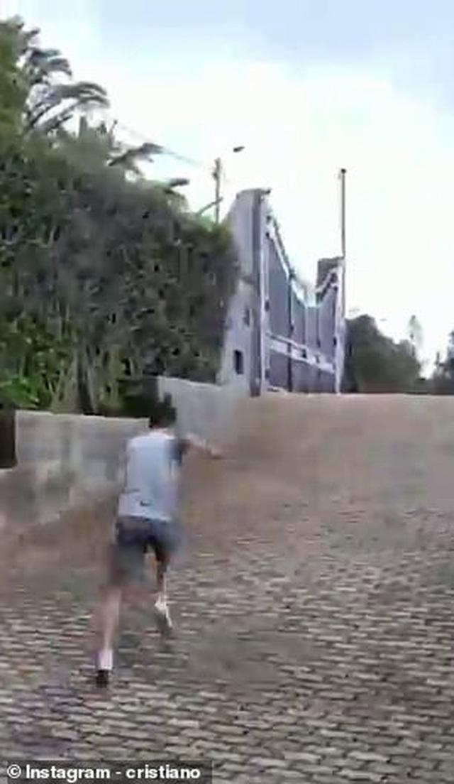 C.Ronaldo thể hiện tốc độ kinh ngạc khi chạy leo dốc nước rút