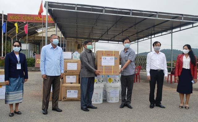 Quảng Trị tặng vật tư y tế cho tỉnh Salavan chống dịch Covid-19 - 1