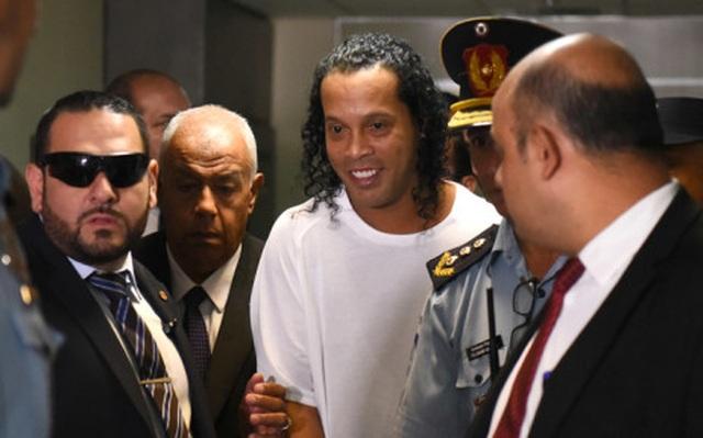 Bạn tù khóc trong bữa tiệc chia tay Ronaldinho - 1