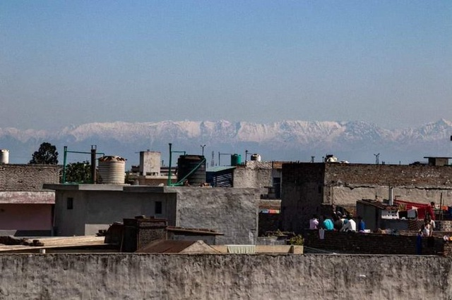Người Ấn Độ lần đầu thấy dãy Himalaya sau hàng thập niên nhờ Covid-19 - 1