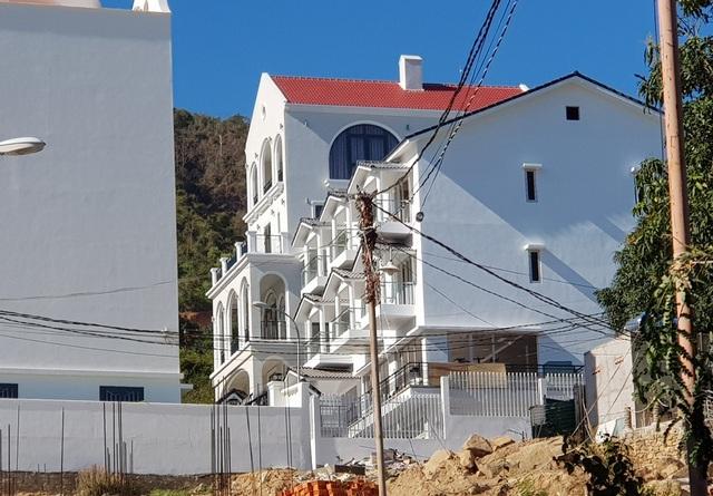 Nhiều biệt thự ở núi Cô Tiên hoàn thiện, bất chấp lệnh tạm dừng xây dựng - 1
