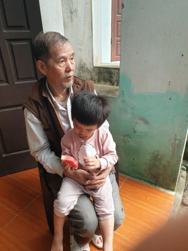 Mẹ bỏ đi, bé 3 tuổi khóc nghẹn bên người cha sống thực vật - 3