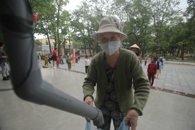 """Chủ """"cây ATM gạo"""" đầu tiên ở Hà Nội mở thêm điểm phát gạo miễn phí - 1"""
