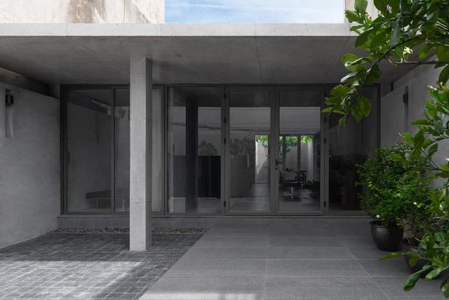 """Ngôi nhà """"lạ"""" với kiến trúc tối giản, nổi bật tại ngoại ô Hà Nội - 1"""