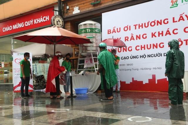 """Thêm một """"cây ATM"""" gạo, người nghèo Hà Nội đội mưa đi nhận miễn phí - 1"""