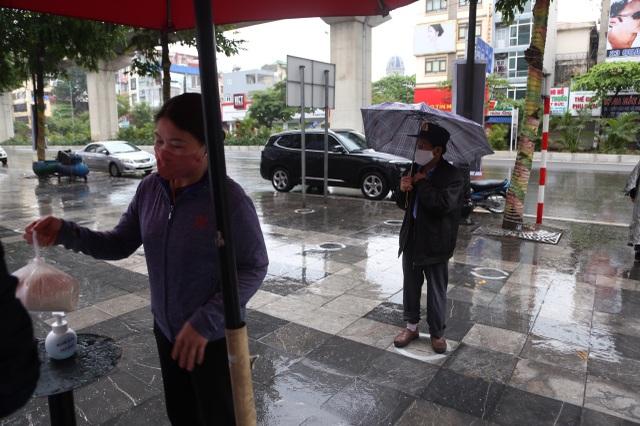"""Thêm một """"cây ATM"""" gạo, người nghèo Hà Nội đội mưa đi nhận miễn phí - 2"""