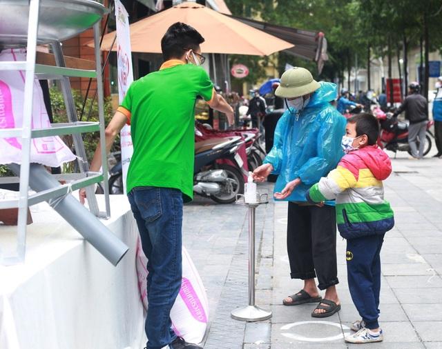 """Thêm một """"cây ATM"""" gạo, người nghèo Hà Nội đội mưa đi nhận miễn phí - 3"""