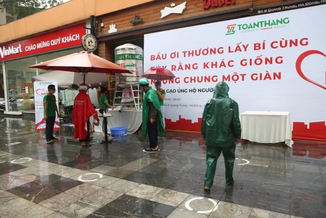 """Thêm một """"cây ATM"""" gạo, người nghèo Hà Nội đội mưa đi nhận miễn phí - 4"""