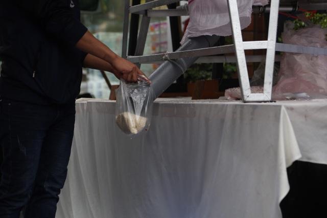 """Thêm một """"cây ATM"""" gạo, người nghèo Hà Nội đội mưa đi nhận miễn phí - 5"""