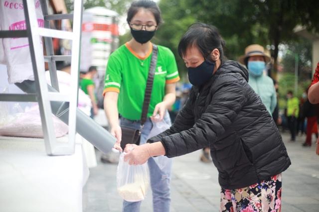 """Thêm một """"cây ATM"""" gạo, người nghèo Hà Nội đội mưa đi nhận miễn phí - 6"""