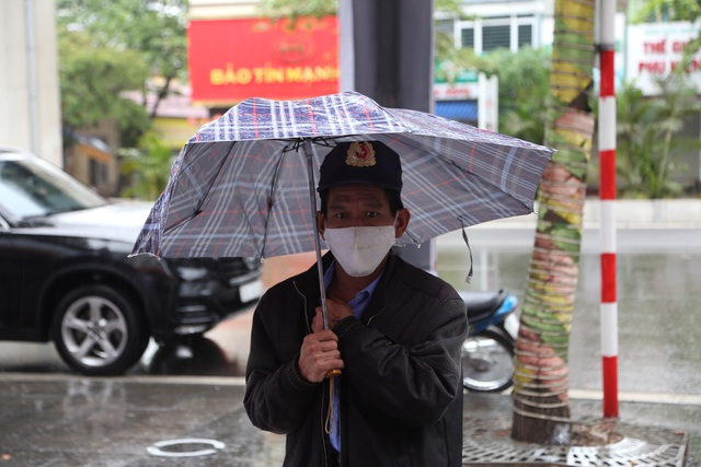 """Thêm một """"cây ATM"""" gạo, người nghèo Hà Nội đội mưa đi nhận miễn phí - 7"""