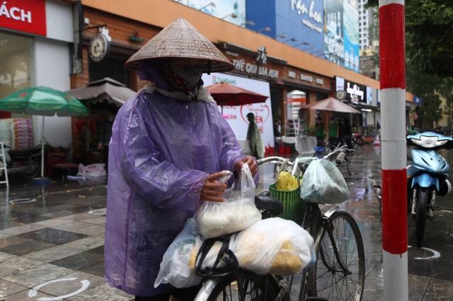 """Thêm một """"cây ATM"""" gạo, người nghèo Hà Nội đội mưa đi nhận miễn phí - 8"""