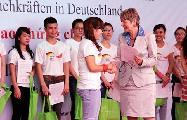 Đức: Lao động Việt làm nghề điều dưỡng, nail đương đầu với dịch Covid-19 - 1