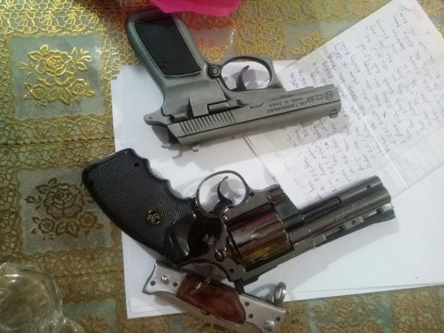 Bắt ổ bạc trong tiệm cầm đồ, phát hiện tàng trữ súng và nhiều đao kiếm - 3