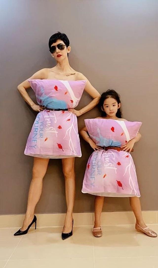 Sao Việt dùng gối, chăn làm váy - biến phòng ngủ thành sàn diễn - 1